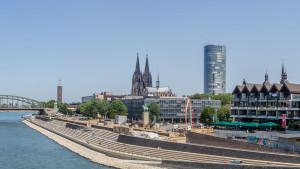 https://commons.wikimedia.org/wiki/File:Rheinboulevard_mit_Freitreppe_in_K%C3%B6ln-Deutz_nach_Teiler%C3%B6ffnung-8238.jpg