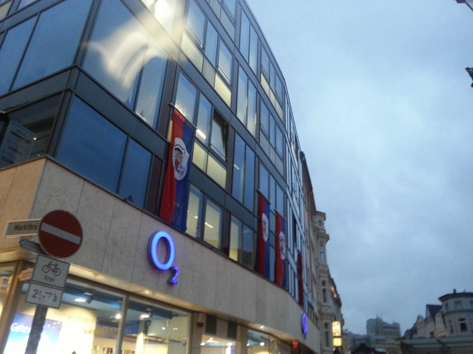 Fahnen hängen bereits an vielen Gebäuden der Stadt